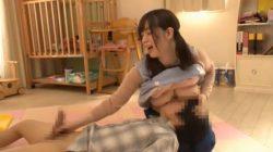 落ち込む新米男性保育士を顔面に爆乳を押し付けながらの手コキで慰めるロリフェイスなツインテ爆乳保育士さん【斉藤みゆ】