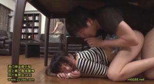 親に見つからないようにテーブルの下でこっそり生ハメ近親相姦セックスで連続中出しされちゃう淫乱美少女な妹【なつめ愛莉】